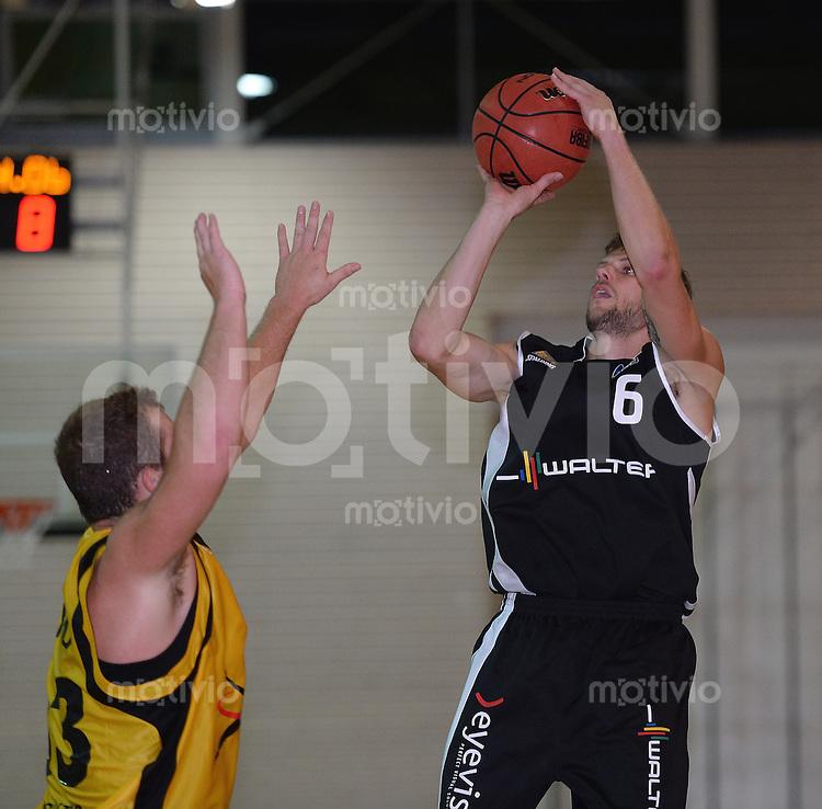 Basketball 1. Bundesliga 2013/2014  28.08.2013 Testspiel Kirchheim Knights - Walter Tigers Tuebingen Nils Mittmann (re, Tigers)