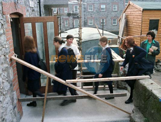 "THE 6TH YEAR STUDENTS FROM THE SECRET HEART SCHOOL IN DROGHEDA ENTERING FERRIS HOUSE WHERE THERE TEMPORARY CLASS'S ARE BEING HELD DURING THE ALL OUT STRIKE BY TEACHERS IN THE SCHOOL..PIC: FRAN CAFFREY ""NEWSFILE"""