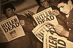 Foto: VidiPhoto<br /> <br /> BASTOGNE - Niet Adolf Hitler was de uitvinder van de Blitzkrieg, maar de Amerikaanse generaal George S. Patton. Dat is de overtuiging van zijn kleindochter, de 57-jarige Helen Patton. De redder van Bastogne was niet alleen de meest succesvolle geallieerde commandant tijdens de Tweede Wereldoorlog, maar ook de meest gevreesde. Foto: Amerikaanse militairen lezen in de krant dat Hitler dood is. Generaal Patton wilde samen met zijn opvolger Dönitz en de resterende Duitse troepen, de Russen verjagen uit Europa.