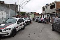 SAO PAULO, SP - 21.10.2014 - INCENDIO COM VITIMA NA ZONA SUL - Incendio causa morte de mulher e criança na manhã desta terça-feira (21) na rua Giuseppe Piermarini, região do Grajaú, na Zona Sul de são Paulo. O incendio ocorreu por volta das 11 horas e uma mulher de 32 anos e uma criança de 3 anos faleceram.<br /> <br /> (Foto: Fabricio Bomjardim / Brazil Photo Press).