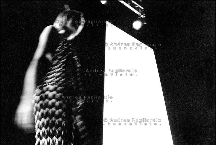 Italia, Milano,  08/09/99. .Settimana della moda..© Andrea Pagliarulo/BuenaVistaphoto.#### .Italy, Milan,  08/09/99.   .Milano fashion week..© Andrea Pagliarulo/BuenaVistaphoto