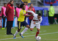 TEMUCO - CHILE – 21-04-2015: Juan G Cuadrado (Izq.) jugador de Colombia, disputa el balón con Cristian Cueva (Der.) jugador de Peru, durante partido Colombia y Peru, por la fase de grupos, Grupo C, de la Copa America Chile 2015, en el estadio German Becker en la Ciudad de Temuco  / Juan G Cuadrado (L) player of Colombia, vies for the ball with Cristian Cueva (R) player of Peru, during a match between Colombia and Peru, for the group phase, Group C, of the Copa America Chile 2015, in the German Becker stadium in Temuco city. Photos: VizzorImage /  Photosport / Alejandro Zuñez / Cont.