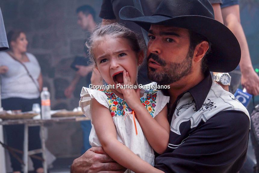 Oaxaca de Ju&aacute;rez, Oax. 03/05/2016.- Acompa&ntilde;ado de sus dos hermosas hija y su esposa, el cantante Pablo Montero ofreci&oacute; una conferencia de prensa donde anunci&oacute; que grabar&aacute; en locaciones de Oaxaca su nuevo videoclip &quot;T&uacute; no eres&quot;, tema desprendido de su m&aacute;s reciente disco &ldquo;No te quedes con la duda&rdquo;, acci&oacute;n con lo que pretende a su vez, promover los diferentes destinos tur&iacute;sticos de esta entidad, teniendo como algunas de las sedes: Hierve El Agua, Monte Alb&aacute;n, entre otras.<br /> <br /> Luego de la rueda de medios, el cantante dio un recorrido en la Casa de Mezcal Oro, donde mostr&oacute; y degusto parte de la gastronom&iacute;a de Oaxaca, asimismo convivi&oacute; con las cocineras tradicionales originarias de la entidad.