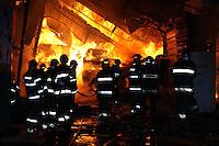 SAO PAULO, SP, 04 AGOSTO 2012 - INCENDIO MADEIREIRA - Bombeiros combatem um incendio de grandes proporções que destruiu uma madeireira na Avenida Roland Garros, no Jardim Brasil, zona norte de São Paulo, no inicio da madrugada deste sabado (4). Cerca de 14 viaturas do Corpo de Bombeiros atenderam a ocorrencia. Ninguém ficou ferido. (Foto: LUIZ GUARNIERI / BRAZIL PHOTO PRESS).