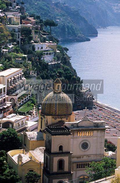 Europe/Italie/Côte Amalfitaine/Campagnie/Positano : Le village et la coupole de Majolique de S. Maria Assunta