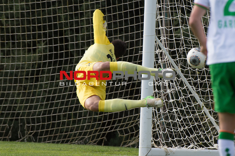 Trainingsgel&auml;nde, Jerez, ESP, 1.FBL, FSP  Werder Bremen (GER)  vs NEC Nijmegen (NED),  12.01.2014, <br /> <br /> 0 zu 1 <br /> Raphael Wolf (Bremen #20) fliegt vergebens<br /> <br /> <br /> Foto &copy; nordphoto/ Kokenge