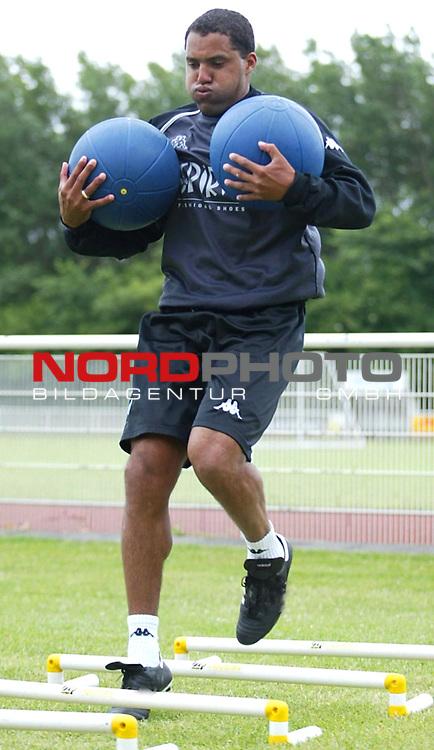 BL 2003/2004<br /> Trainingslager Werder Bremen auf Norderney <br /> Training am Vormittag<br /> Ailton <br /> Foto &copy; nordphoto / Anja Heinemann<br />  *** Local Caption *** Foto ist honorarpflichtig! zzgl. gesetzl. MwSt.<br />  Belegexemplar erforderlich<br /> Adresse: nordphoto<br /> Georg-Reinke-Strasse 1<br /> 49377 Vechta