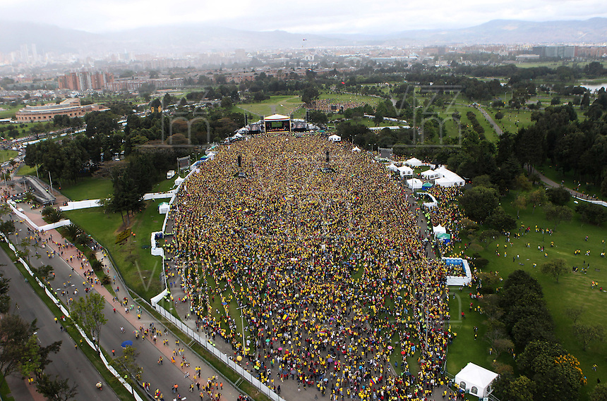 BOGOTA -COLOMBIA. 06-07-2014. Miles de  colombianos colmaron la avenida Eldorado y el parque Sim—n Bolivar para darles la bienvenida a su  selecci—n de futbol y su tecnico Jose Pekerman luego de su participacion en el mundial de Brazil 2014. / Thousands of Colombians filled the Eldorado Avenue and the Sim—n Bolivar park to welcome them to their soccer team and its technical Jose Pekerman after his participation in the World Cup Brazil 2014. Photo: VizzorImage / Stringer /