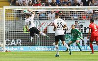 Luka Jovic (Eintracht Frankfurt) fliegt unter der Flanke durch - 21.04.2018: Eintracht Frankfurt vs. Hertha BSC Berlin, Commerzbank Arena