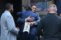 """NEW YORK, NY, 24.02.2016 - HUGH-JACKMAN - Ex-jogador de futebol americano Michael Anthony Strahan abraça o ator Hugh Michael Jackman que é visto chegando a um programa de televisão para divulgar seu filme """" Logan """" na região da Times Square em Manhattan na cidade de New York nos Estados Unidos nesta sexta-feira, 24. (Foto: Vanessa Carvalho/Brazil Photo Press)"""