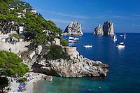 Italy, Campania, Capri: Beach view at Marina Piccola with Faraglioni rocks   Italien, Kampanien, Provinz Neapel, Capri: Marina Piccola mit Strand und den Faraglioni