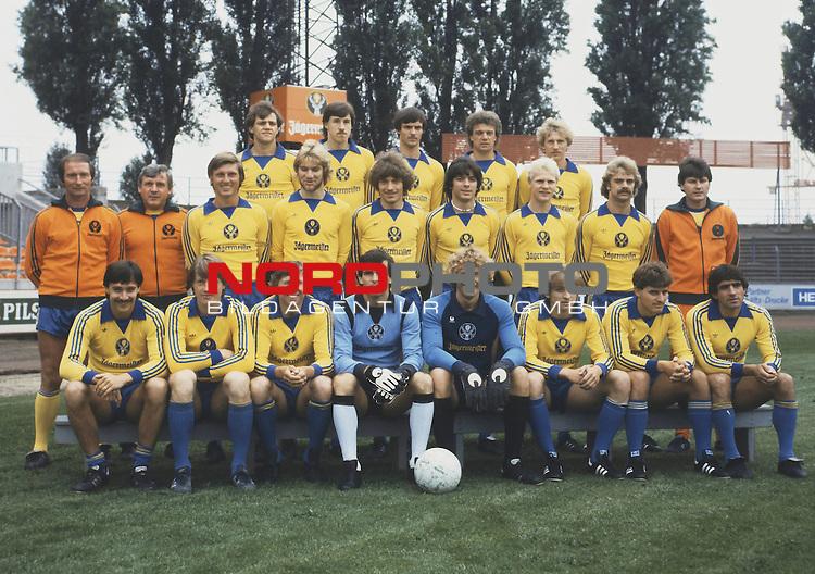 Mannschaft von Eintracht Braunschweig Serie 1980-81 mit Trainer Ulli Maslo (li. stehend). Uwe Nester ist hintere R. 2. v. li. (vor Jaegermeister Emblem).<br /> <br /> <br /> Foto &copy; nph / nordphoto <br /> <br /> <br /> <br />  *** Local Caption *** Foto ist honorarpflichtig! zzgl. gesetzl. MwSt.<br /> <br /> Belegexemplar erforderlich<br /> <br /> Adresse: nordphoto<br /> <br /> Georg-Reinke-Strasse 1<br /> <br /> 49377 Vechta