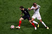 MOSCU - RUSIA, 11-07-2018: Sime VRSALJKO (Izq) jugador de Croacia disputa el balón con Dele ALLI (Der) jugador de Inglaterra durante partido de Semifinales por la Copa Mundial de la FIFA Rusia 2018 jugado en el estadio Luzhnikí en Moscú, Rusia. / Sime VRSALJKO (L) player of Croatia fights the ball with Dele ALLI (R) player of England during match of Semi-finals for the FIFA World Cup Russia 2018 played at Luzhniki Stadium in Moscow, Russia. Photo: VizzorImage / Julian Medina / Cont