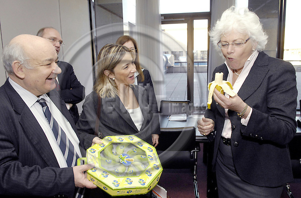 Brussels-Belgium - 18 February 2008---Mariann FISCHER BOEL (ri), European Commissioner for Agriculture and Rural Development, receives Pilar MERINO TRONCOSOA (ce), Regional Minister for Agriculture, Livestock, Fisheries and Food of Canary Islands, and Regional Vice-Minister Alonso ARROYA HOGDSON (le) for talks over bananas---Photo: Horst Wagner / eup-images