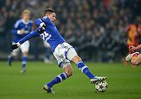 FUSSBALL  CHAMPIONS LEAGUE  ACHTELFINALE  Rueckspiel  2012/2013      FC Schalke 04 - Galatasaray Istanbul                   12.03.2013 Julian Draxler (FC Schalke 04) Einzelaktion am Ball