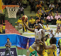 BUCARAMANGA -COLOMBIA, 11-06-2013. Jason Edwin (Arriba) de Búcaros trata de anotar en contra de Bambuqueros durante el juego 4 de la final en la Liga DirecTV de baloncesto Profesional de Colombia realizado en el Coliseo Vicente Díaz Romero de Bucaramanga./ Jason Edwin (Up) of Bucaros tries to score against Bambuqueros during the game 4 of the final on DirecTV professional basketball League in Colombia at Vicente Diaz Romero coliseum in Bucaramanga. Photo: VizzorImage / Jaime Moreno / STR