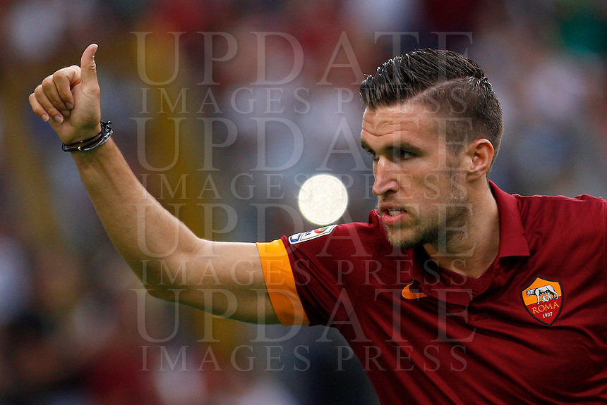 Calcio, amichevole Roma vs Fenerbahce. Roma, stadio Olimpico, 19 agosto 2014.<br /> Roma midfielder Kevin Strootman, of the Netherlands, greets fans as he arrives for the team's presentation, prior to the friendly match between AS Roma and Fenerbahce at Rome's Olympic stadium, 19 August 2014.<br /> UPDATE IMAGES PRESS/Riccardo De Luca