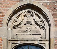 Hoorn - De Noorderkerk.  Boven een ingang van de kerk wordt de dood uitgebeeld