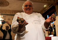 Lo chef Romano Tamani mostra dei tartufi all'Asta Internazionale del Tartufo Italiano, a Roma, 12 dicembre 2009..Italian chef Romano Tamani holds truffles during the International Auction of the Italian Truffle in Rome, 12 december 2009..UPDATE IMAGES PRESS/Riccardo De Luca