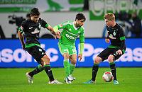 FUSSBALL   1. BUNDESLIGA    SAISON 2012/2013    13. Spieltag   VfL Wolfsburg - SV Werder Bremen                          24.11.2012 Diego (Mitte, VfL Wolfsburg) Sokratis Papastathopoulos (li) gegen Kevin De Bruyne (re, beide SV Werder Bremen)