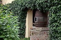 Bricco Marmorito a Portacomaro Stazione , un tempo l'abitazione degli avi di papa Bergoglio la maison ancestrale du pape Bergoglio,the ancestral home of Pope Bergoglio, una botte antica, an old barrel, un vieux tonneau