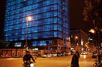 Milano: il collettivo Macao occupa la torre Galfa per farne un centro culturale. La torre di notte viene illuminata con delle luci blu