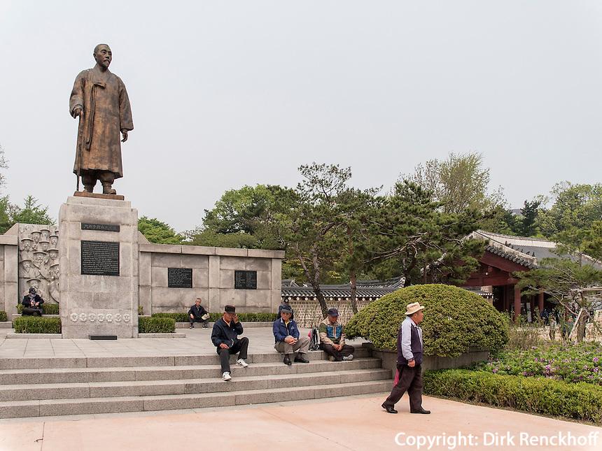 Denkmal Lee Sang-Jaevor dem Jongmyo Schrein, Seoul, S&uuml;dkorea, Asien<br /> Monument of Lee Sang Jae at Jongmyo shrine,  Seoul, South Korea, Asia