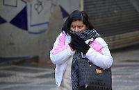SÃO PAULO, SP, 14.06.2016 - CLIMA-SP- Pedestres se protegem do frio, no Viaduto do Chá no centro da cidade de São Paulo, na manhã desta terça-feira (14) . (Foto: Adailton Damasceno/Brazil Photo Press)