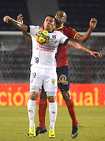 BARRANQUILLA -COLOMBIA-11-OCTUBRE-2014. Carlos Saa (Der)  de Uniautonoma disputa el balon con Cesar Arias  del Once Caldas ,  partido de la Liga  Postobon 14 fecha disputado en el estadio Metropolitano. / Carlos Saa (R) of Uniautonoma dispute the ball with Cesar Arias  of Once Caldas , match of the Liga  Postobon 14th date  round match at the Metropolitano stadium  Photo: VizzorImage / Alfonso Cervantes / Stringer