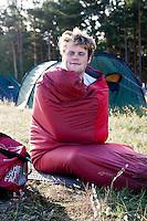 Sovsäck, kille, tält, skog,