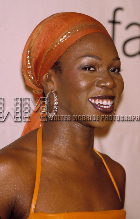 © WALTER McBRIDE / , USA...INDIA ARIE    OCTOBER 19, 2001.VH1 / VOGUE FASHION AWARDS.HAMMERSTEIN BALLROOM.NEW YORK CITY.CREDIT ALL USES