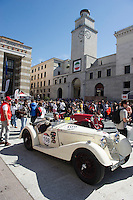 MILLE MIGLIA HYSTORICAL CAR RACE 2014 IN THE PICTURE A CAR IN PIAZZA VITTORIA <br />