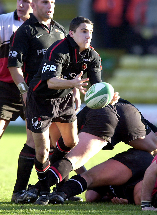 Photo. Richard Lane. .Saracens v Toulouse. Heineken European Cup. .14/01/2001..Joseph Ilharreguy passes the ball.