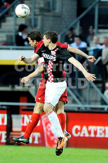ENSCHEDE - voetbal, FC Twente - PSV, eredivisie ,Grolsch Veste, seizoen 2010-2011, 02-04-2011   kopdiel met PSV speler Marcus Berg en FC Twente speler Peter Wisgerhof.