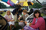 Polo Windsor Great Park, Windsor, Berkshire. 1985. At the Guards Polo Club sheltering from a rain storm, and drinking Pimms, four young smartly dressed sloane rangers picnic out of the back of their cars. 1980s UK