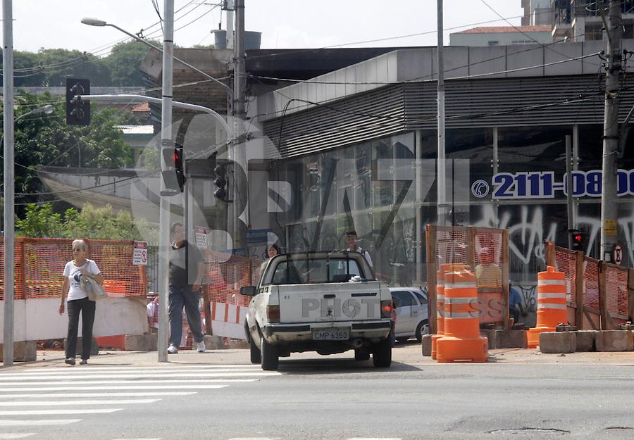 SÃO PAULO,15 FEVEREIRO 2012 - CENA DO DIA TRANSITO - Motorista cruza canteiro de obras na Avenida Luiz Inacio de Anhaia Melo com a Rua Roberto Feijo na Vila Prudente no local só é permitido a travessia de pedestre o cruzamneto foi fechado no ultimo dia 12 para a realização das obras do monotrilho na região. FOTO ALE VIANNA  - BRAZIL PHOTO PRESS.