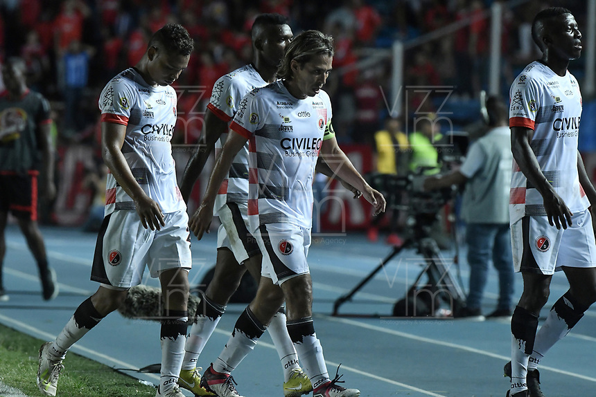 CALI - COLOMBIA, 02-05-2019: Jugadores del Cúcuta abandonan el campo de juegop al medio tiempo durante el partido entre América de Cali y Cúcuta Deportivo por la fecha 19 de la Liga Águila II 2018 jugado en el estadio Pascual Guerrero de la ciudad de Cali. / Players of Cucuta leave the field at halftime during match for the date 19 as part of Aguila League I 2019 between America Cali and Cucuta Deportivo played at Pascual Guerrero stadium in Cali. Photo: VizzorImage / Gabriel Aponte / Staff
