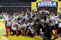 CÚCUTA - COLOMBIA, 26-11-2018:Jugadores del Cúcuta Deportivo levantan el trofeo que los confirma  como campeones del torneo Aguila 2018 al vencer al Unión Magdalena dos goles por cero en el estadio General Santader de la ciudad de Cúcuta ./ Players of Cucuta Deportivo  lift the trophy champion of the Aguila 2018 Tournament by defeating Unión Magdalena two goals to zero played in  General Santander stadium in Cucuta city.  Photo: VizzorImage / Cristian Álvarez / Contribuidor