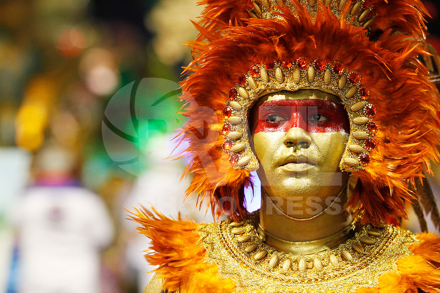 SAO PAULO, SP, 19 DE FEVEREIRO 2012 - CARNAVAL SP - PEROLA NEGRA - Integrante da escola de samba Perola Negra momentos antes do desfile na segunda noite do Carnaval 2012 de São Paulo, no Sambódromo do Anhembi, na zona norte da cidade, neste domingo.(FOTO: ALE VIANNA - BRAZIL PHOTO PRESS).