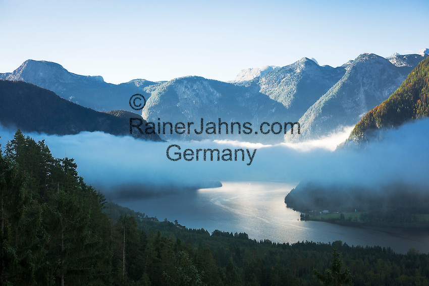 Oesterreich, Oberoesterreich, Salzkammergut, Bad Goisern: Blick von Poetschenkehre ueber den Hallstaetter See im Herbst, Morgennebel lichtet sich zoegerlich | Austria, Upper Austria, Salzkammergut, Bad Goisern: view from Poetschen Passroad across Lake Hallstatt with early morning fog in autumn