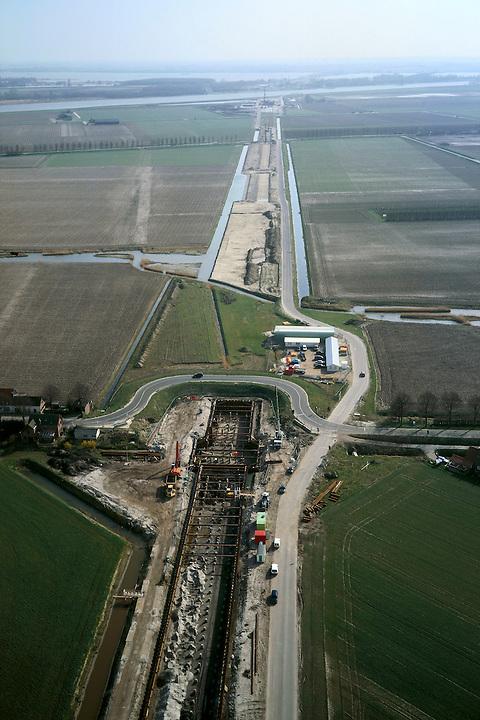 Nederland, Hoeksche Waard, Mookhoek, 08-03-2002; aanleg halfverdiepte bak van de HSL thv Mookhoek; de Strijense Dijk is tijdelijk omgelegd, deze weg zal in de toekomst over het dak van genoemde bak gaan; het trace vervolgt in ZO richting, naar (tunnel) onder Dordtsche Kil; infrastructuur verkeer en vervoer spoor wegenbouw heistellingen landschap;<br /> luchtfoto (toeslag), aerial photo (additional fee)<br /> foto /photo Siebe Swart