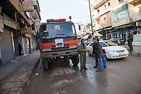 Feuerwehr in Qamishli, Rojava/Syrien.<br /> Von sieben Feuerwehr-Fahrzeugen die der YPG-Regierung in Qamishli zur Verfuegung stehen, ist nur eines funktionstuechtigt. Fuenf Fahrzeuge sind mit vorhandenen Mitteln nicht zu reparieren - Motorschaden, unbenutzbare Fahrerkabinen, defekte Stromleitungen.<br /> Zusaetzlich zumden Augaben der Feuerwehr muessen die 12 Feuerwehrmaenner - je 3 von ihnen arbeiten in 24-Stundenschichten - auch noch Wasser in Stadtteile ohne Wasserversorgung verteilen.<br /> Im Bild: Die Kupplung des Feuerwehrfahrzeuges ist kaputt und es muss abgeschleppt werden. Wann es wieder einsatzbereit sein wird ist unklar.<br /> 15.12.2014, Qamishli/Rojava/Syrien<br /> Copyright: Christian-Ditsch.de<br /> [Inhaltsveraendernde Manipulation des Fotos nur nach ausdruecklicher Genehmigung des Fotografen. Vereinbarungen ueber Abtretung von Persoenlichkeitsrechten/Model Release der abgebildeten Person/Personen liegen nicht vor. NO MODEL RELEASE! Nur fuer Redaktionelle Zwecke. Don't publish without copyright Christian-Ditsch.de, Veroeffentlichung nur mit Fotografennennung, sowie gegen Honorar, MwSt. und Beleg. Konto: I N G - D i B a, IBAN DE58500105175400192269, BIC INGDDEFFXXX, Kontakt: post@christian-ditsch.de<br /> Bei der Bearbeitung der Dateiinformationen darf die Urheberkennzeichnung in den EXIF- und  IPTC-Daten nicht entfernt werden, diese sind in digitalen Medien nach &sect;95c UrhG rechtlich geschuetzt. Der Urhebervermerk wird gemaess &sect;13 UrhG verlangt.]