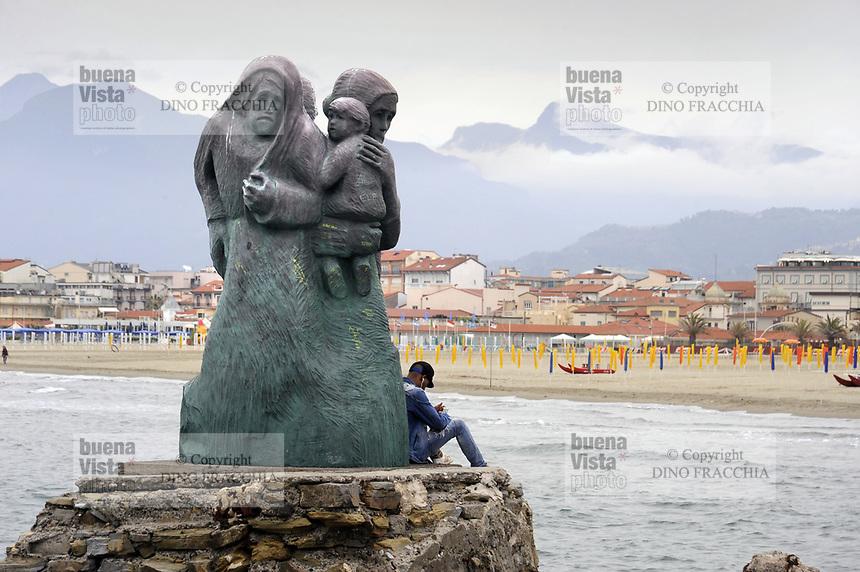 - Viareggio (Toscana), localit&agrave; balneare, monumento &quot;L'attesa&quot; sullo scoglio di Tito<br /> <br /> - Viareggio (Tuscany), seaside resort, monument &quot;The Expectation&quot; on the rock of Tito