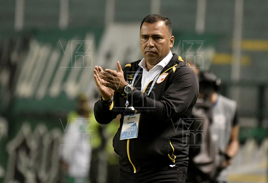PALMIRA - COLOMBIA, 13-11-2019: Harold Rivera técnico de Santa Fe gesticula durante el partido entre Deportivo Cali e Independiente Santa Fe como parte de la Liga Águila II 2019 jugado en el estadio Deportivo Cali de la ciudad de Palmira. / Harold Rivera coach of Santa Fe gestures during match between Deportivo Cali and Independiente Santa Fe for the date 2, quadrangular semifinals, as part Aguila League II 2019 played at Deportivo Cali stadium in Palmira city. Photo: VizzorImage / Gabriel Aponte / Staff