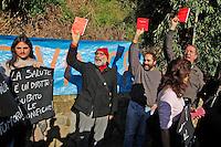 Un gruppo di abitanti della Terra dei Fuochi contesta il presidente Napolitano all'uscita dell'accademia Aerounatica dove aveva presenziato alla cerimania di presentazione del centro telethon <br /> nella foto mostarno l'agenda rossa al grido a&quot; a te mancino a noi Falcone e Borsellino