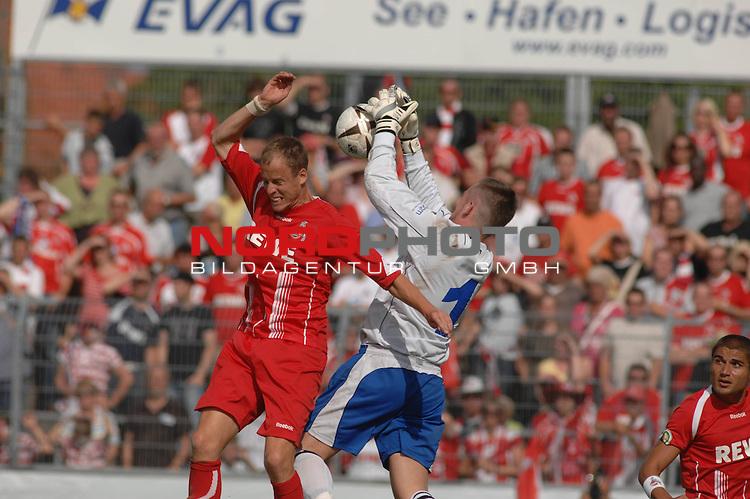 DFB Pokal 2009/2010,  1. Hauptrunde,  BSV Kickers Emden vs. 1. FC KŲln,  <br /> Kevin Mc Kenna (KŲln #23 CAN/GB) vor dem Emder TorhŁter Edgar Kary (Emden #1)<br /> <br /> Foto &copy; nph (  nordphoto  )<br /> <br />  *** Local Caption *** <br /> Fotos sind ohne vorherigen schriftliche Zustimmung ausschliesslich fŁr redaktionelle Publikationszwecke zu verwenden.<br /> <br /> Auf Anfrage in hoeherer Qualitaet/Aufloesung