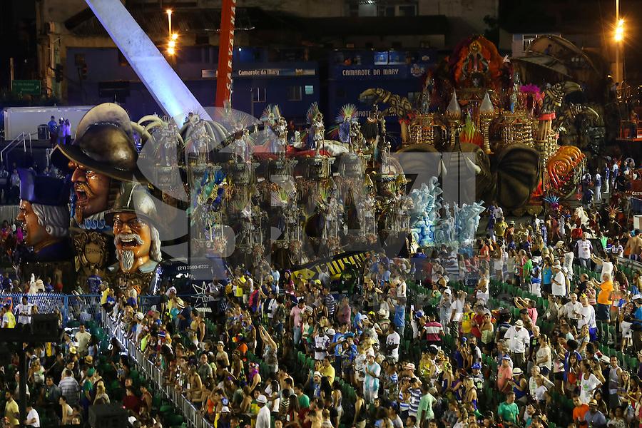 RIO DE JANEIRO, RJ, 17.02.2015 - CARNAVAL 2015 - RIO DE JANEIRO - GRUPO ESPECIAL / BEIJA-FLOR - Problema em carro-alegórico atrasa a disperção da escola de samba Beija-Flor de Nilópolis durante desfile do grupo especial do Carnaval do Rio de Janeiro, na madrugada desta terça-feira, 17. (Foto: Gustavo Serebrenick / Brazil Photo Press)