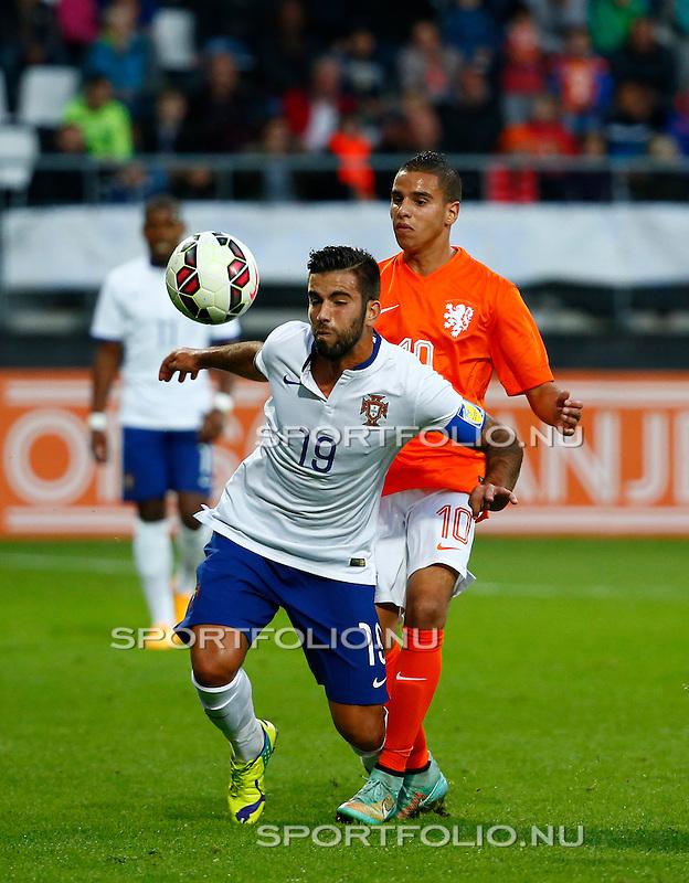 Nederland, Alkmaar, 9 oktober 2014<br /> Play-offs EK-kwalificatie<br /> Jong Oranje-Jong Portugal<br /> Adam Maher van Jong Oranje en Sergio Oliveira van Jong Portugal strijden om de bal.