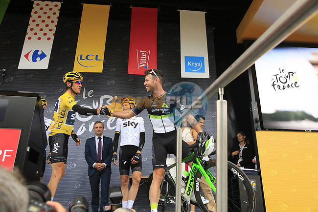 Race leader Yellow Jersey Geraint Thomas (WAL) Team Sky and Mark Cavendish (GBR) Team Dimension Data at sign on in Dusseldorf before the start of Stage 2 of the 104th edition of the Tour de France 2017, running 203.5km from Dusseldorf, Germany to Liege, Belgium. 2nd July 2017.<br /> Picture: Eoin Clarke | Cyclefile<br /> <br /> <br /> All photos usage must carry mandatory copyright credit (&copy; Cyclefile | Eoin Clarke)
