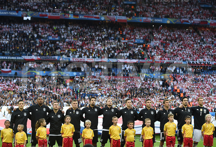 FUSSBALL EURO 2016 GRUPPE C IN PARIS Deutschland - Polen    16.06.2016 Die Deutsche Mannschaft beim Absingen der Hymne